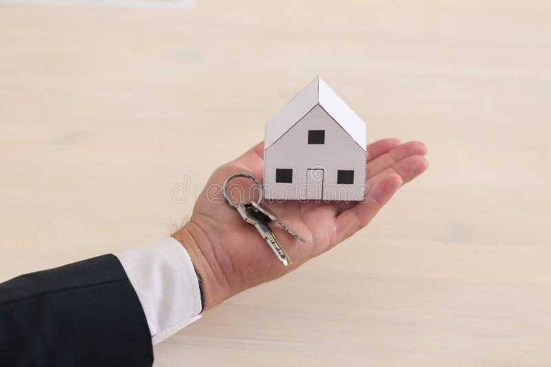 Haus und Schlüssel an Hand lizenzfreies stockbild