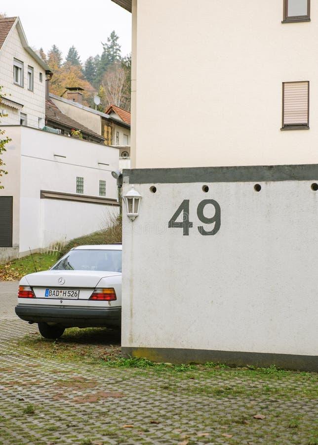 Haus 49 und Weinlese Mercedes-Benz-Auto lizenzfreies stockbild