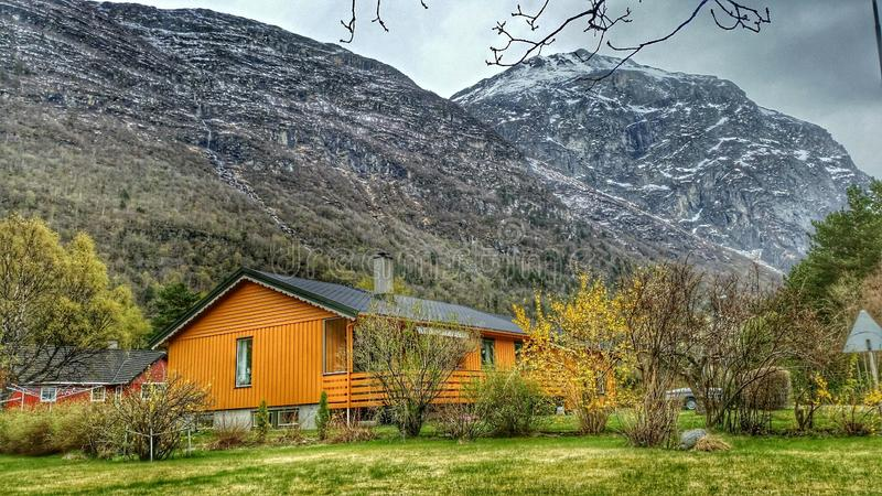 Haus unter Berg stockfotografie