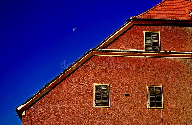 Haus unter dem blauen Himmel stockfoto