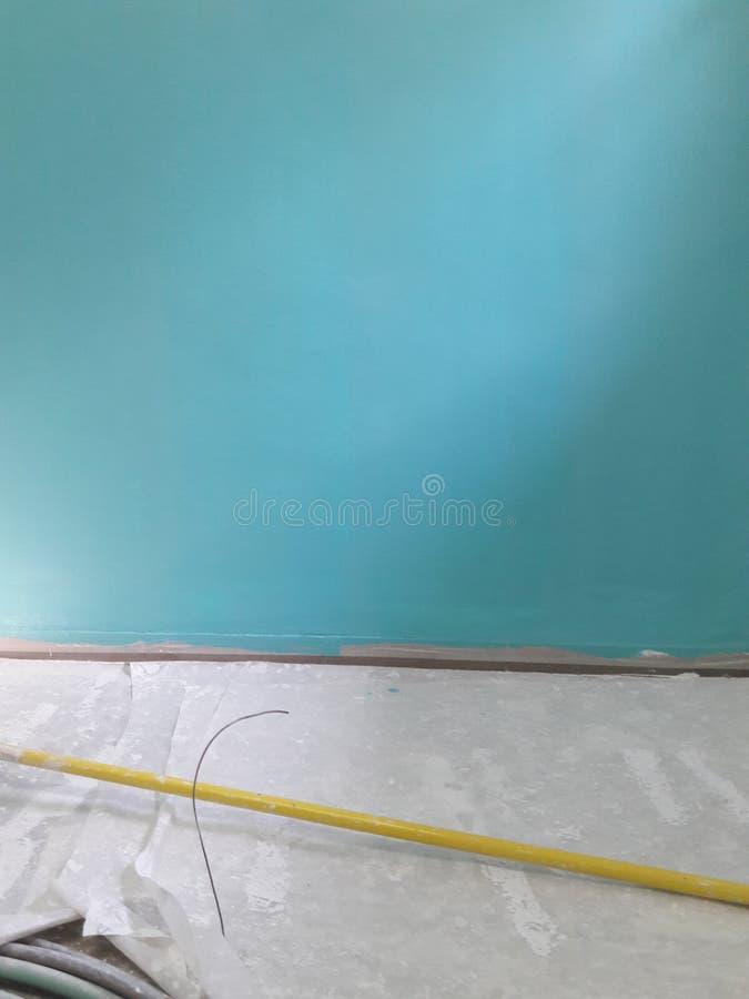 Haus unter Erneuerung: turquise Wandfrische farbe stockfotos