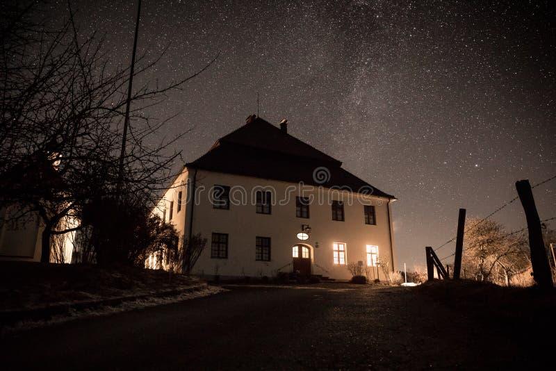 Haus unter Sternen stockfotos