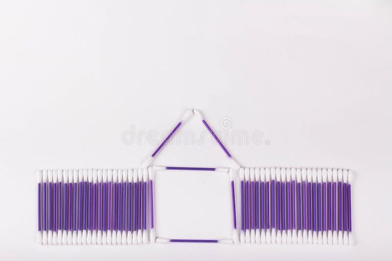 Haus von purpurroten Baumwollknospen auf einem weißen Hintergrund, Kopienraum stockfotos