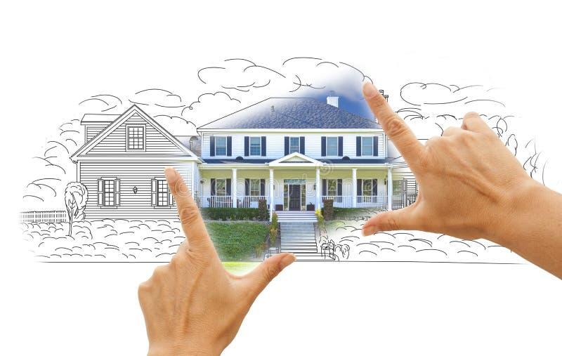 Haus-Zeichnung und Foto gestaltet durch Hände auf Weiß stockbilder