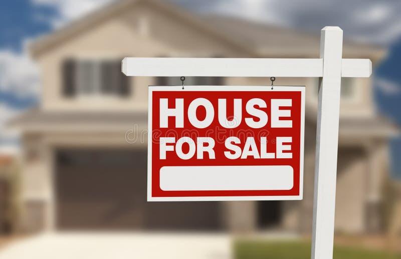 Haus zu verkaufen Real Estate unterzeichnen und neues Haus stockfotografie