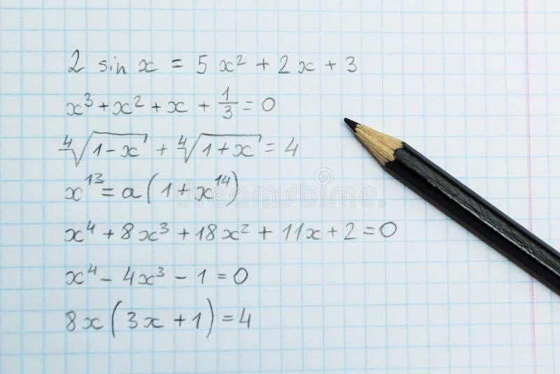 Hausarbeit auf Arithmetik Formeln im Notizbuch stockfotos