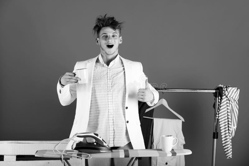 Hausarbeit- und Modekonzept Mann mit glücklichem Gesicht und unordentlichen dem Haar, die sich Daumen zeigt lizenzfreies stockbild