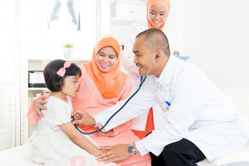 Hausarzt und Patient stockbilder