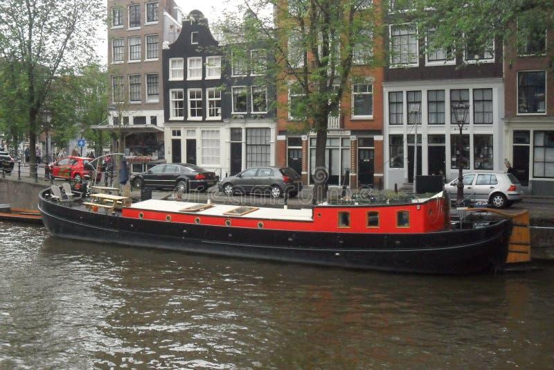 Hausboot in Amsterdam in den Niederlanden stockfotografie