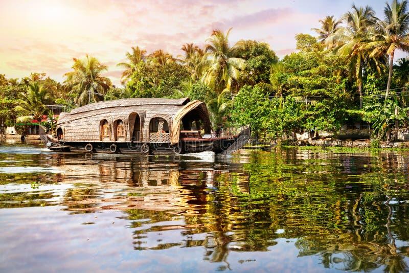 Hausboot in den Stauwassern lizenzfreie stockbilder