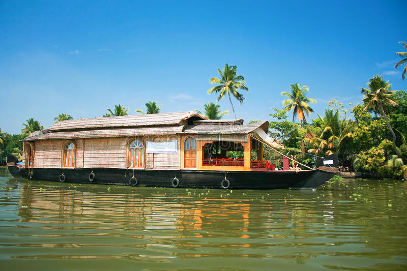 Hausboot durch die Stauwasser in Kerala, Indien stockfotos