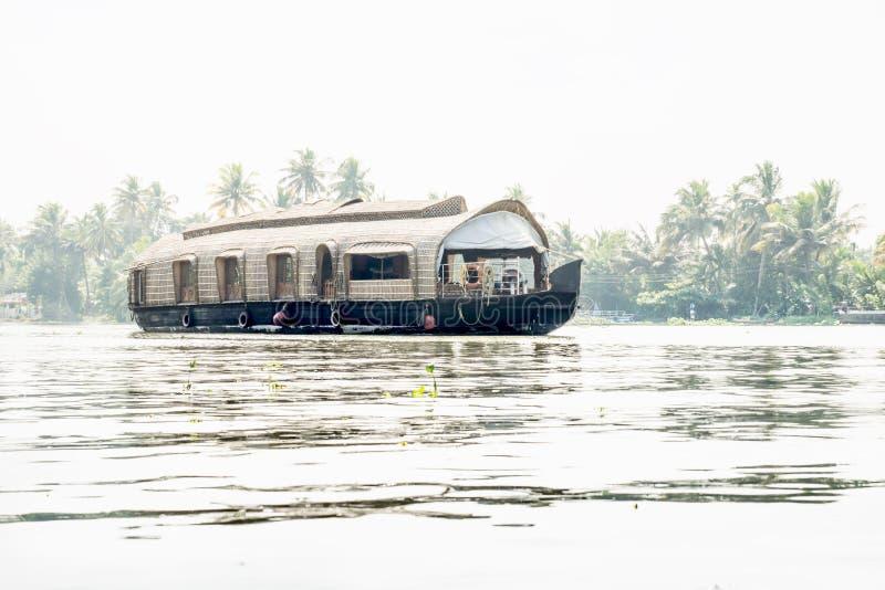 Hausboot am Fluss Kerala, Backwater in hellem Sonnenlicht, Alleppey - Alappuzha, Indien stockfotos