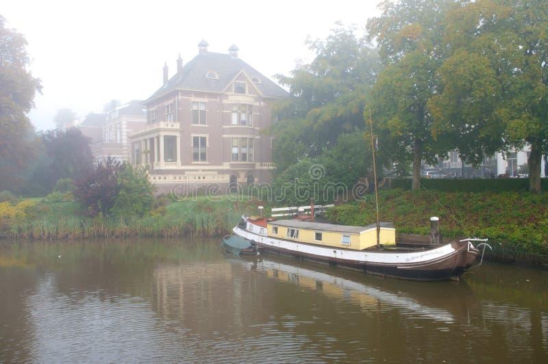 Hausboot im Kanal stockfotografie