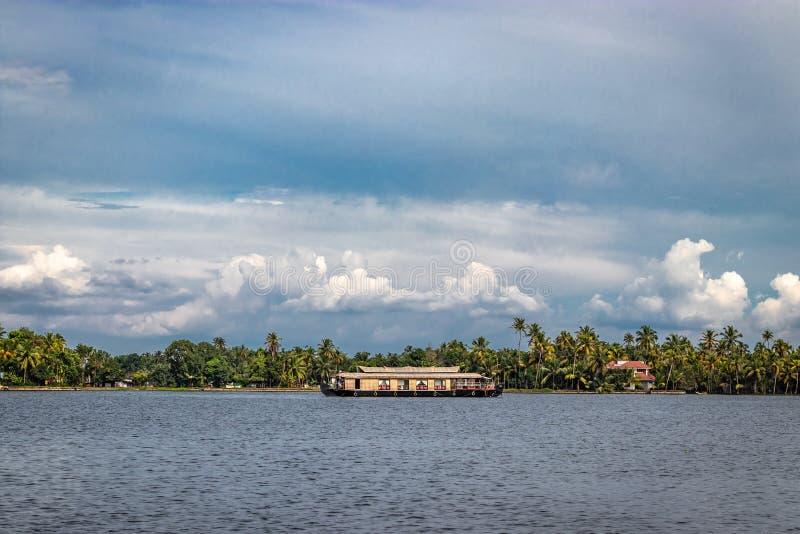 Hausboot mit Himmel- und Palme stockfotos