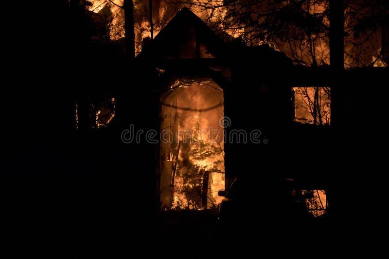 Hausbrand mit intensiver Flamme, völlig versenkter Hausbrand lizenzfreie stockbilder