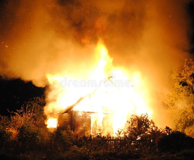 Hausbrand mit schwerer Flamme stockfotos