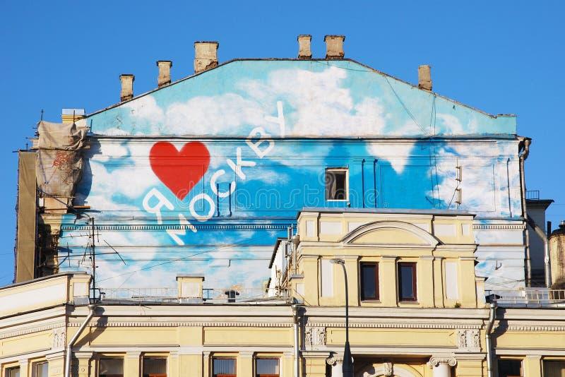 Hausdach, Kamine, Liebe Moskau, rotes Herz, Wolken lizenzfreies stockfoto