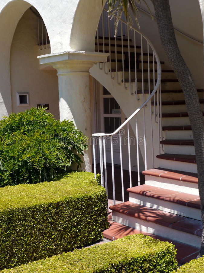hauseingang mit runden linien und treppe stockfoto bild von f hren braun 55324952. Black Bedroom Furniture Sets. Home Design Ideas