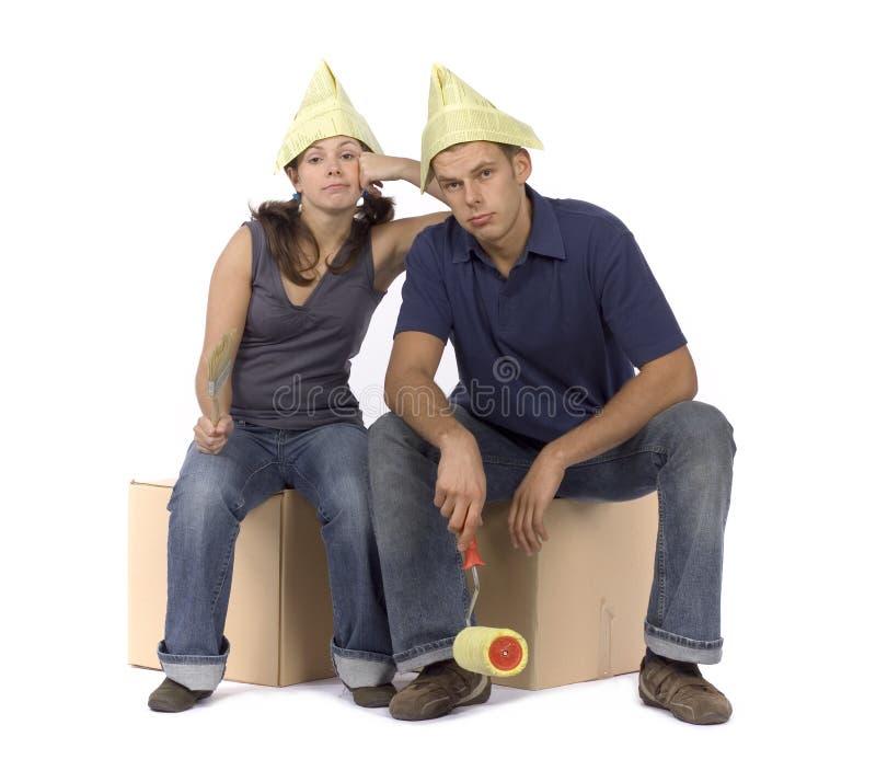 Hauserneuerung - unglückliches Paar an den Kästen stockfotos