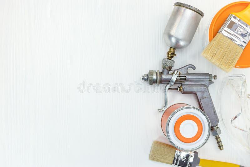 Hauserneuerungswerkzeuge auf weißem hölzernem Hintergrund lizenzfreie stockfotos
