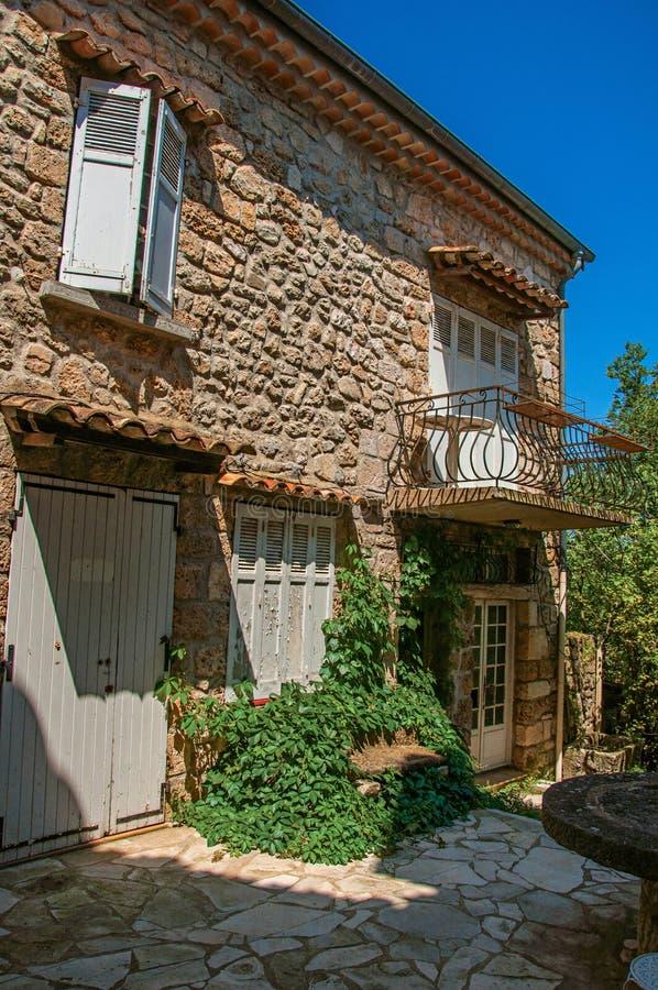 Hausfassade in der Gasse am Dorf der Sillans-La-Kaskade stockfoto