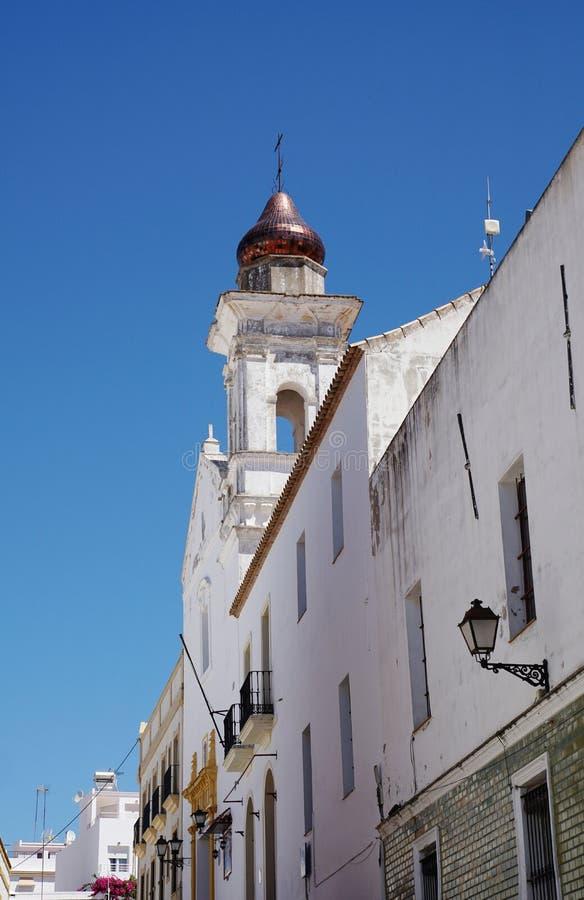 Hausfassade mit Kirchturm stockfoto