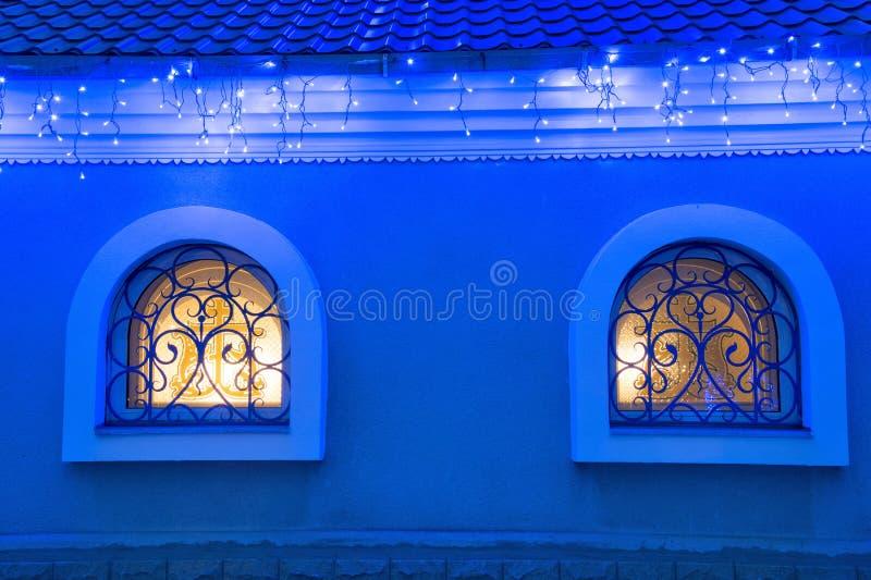 Hausfenster, Weihnachtslichter. stockfoto