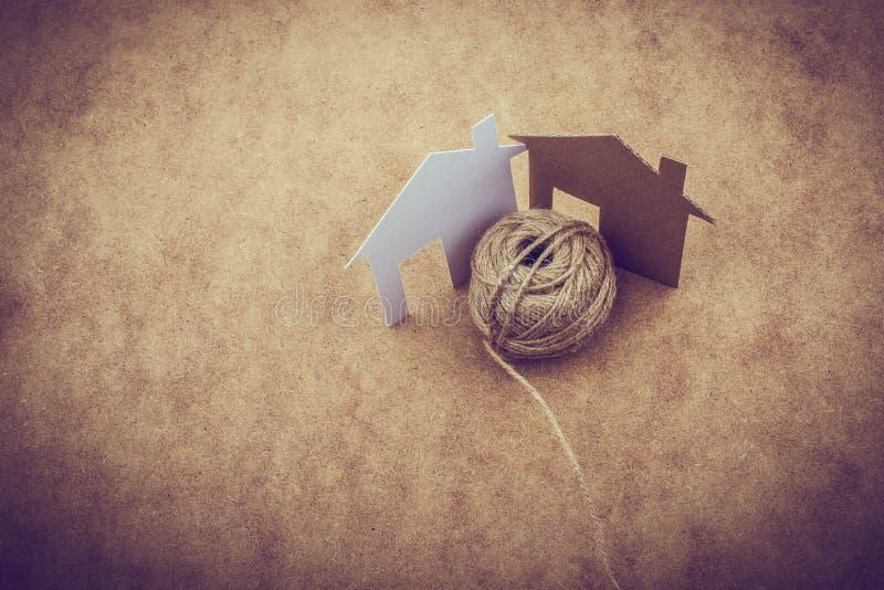 Hausform schnitt vom Papier und von der Spule des Threads heraus stockfoto