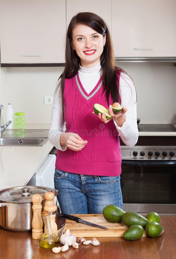Hausfrau, die mit Avocado kocht stockfotos