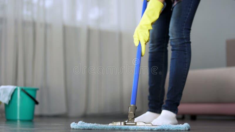 Hausfrau, die sorgfältig Boden in ihrer Wohnung mit Mopp, Frühjahrsputz wäscht lizenzfreies stockfoto