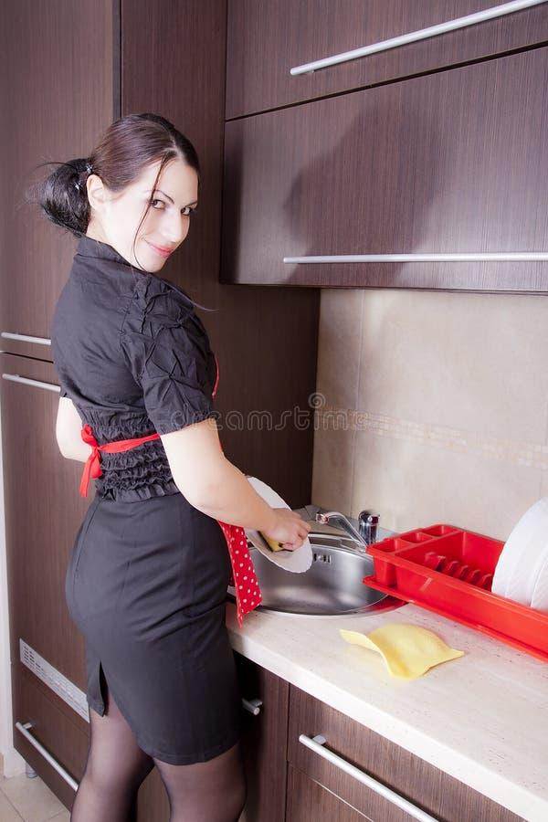 Hausfrau, die Teller tut lizenzfreie stockbilder