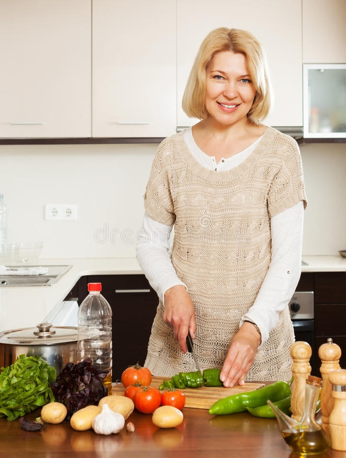 Hausfrau, die zu Hause kocht lizenzfreie stockfotografie