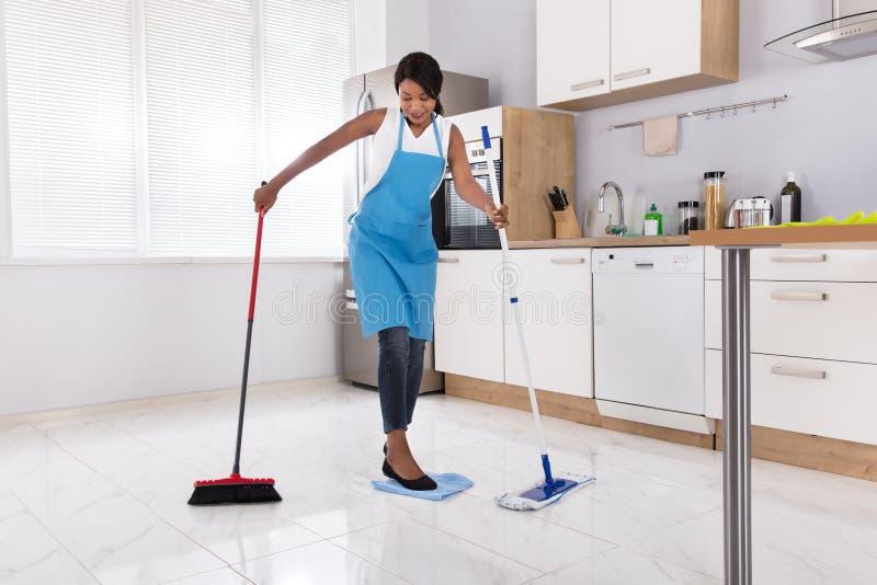 Hausfrau-Doing Multitasking Household-Arbeit lizenzfreie stockfotos