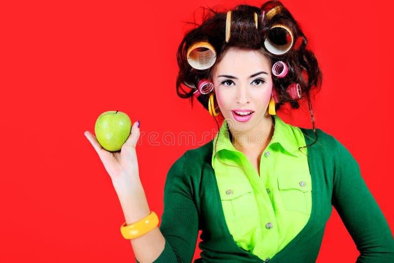 Hausfrau mit einem Apfel stockfotografie