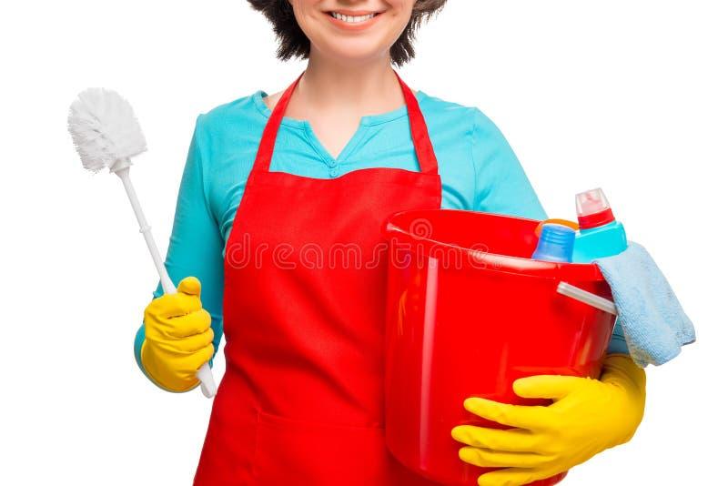 Hausfrau mit einem Eimer und einer Bürstentoilette stockbilder