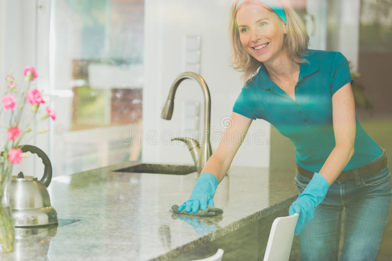 Hausfrau wischt Gegenspitze ab lizenzfreie stockfotografie