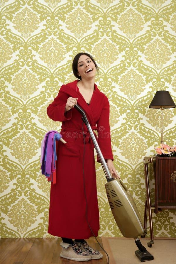 Hausfraufrauen-Staubsauger des Bademantels Retro- stockfotos
