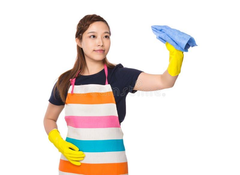 Hausfraureinigung durch Lappen mit Plastikhandschuhen stockfotos