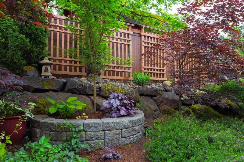 Hausgarten-Hinterhof, der mit hölzernem Gitter landschaftlich gestaltet lizenzfreie stockfotografie