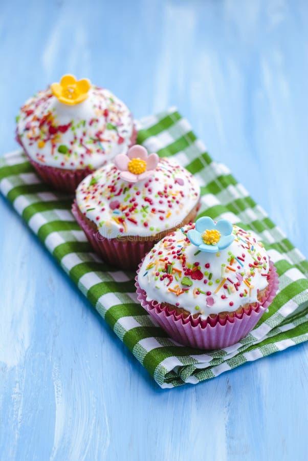 Hausgemachte festlich dekorierte Kuchen in der Nähe Dessert lizenzfreie stockbilder