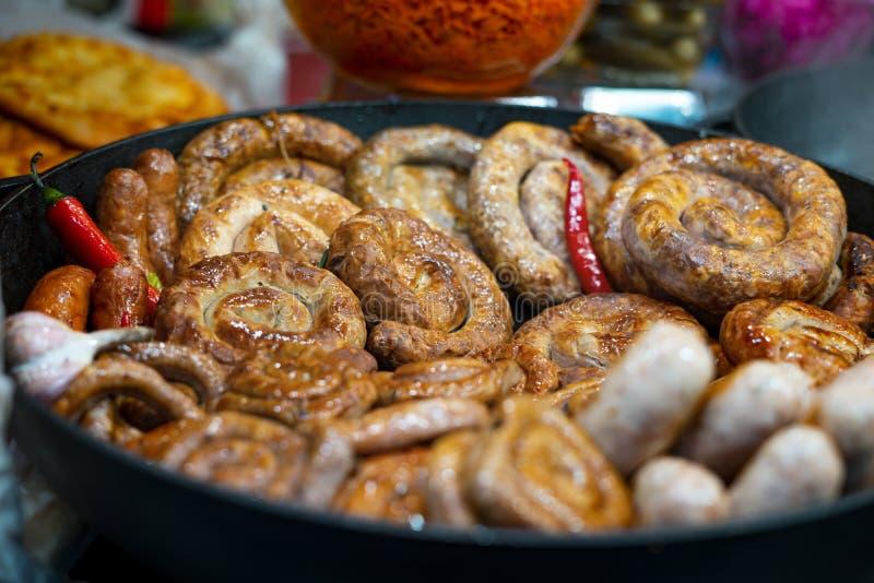 Hausgemachte Wurst, gegrillt, in einer großen gusseisernen Pfanne lizenzfreie stockfotografie