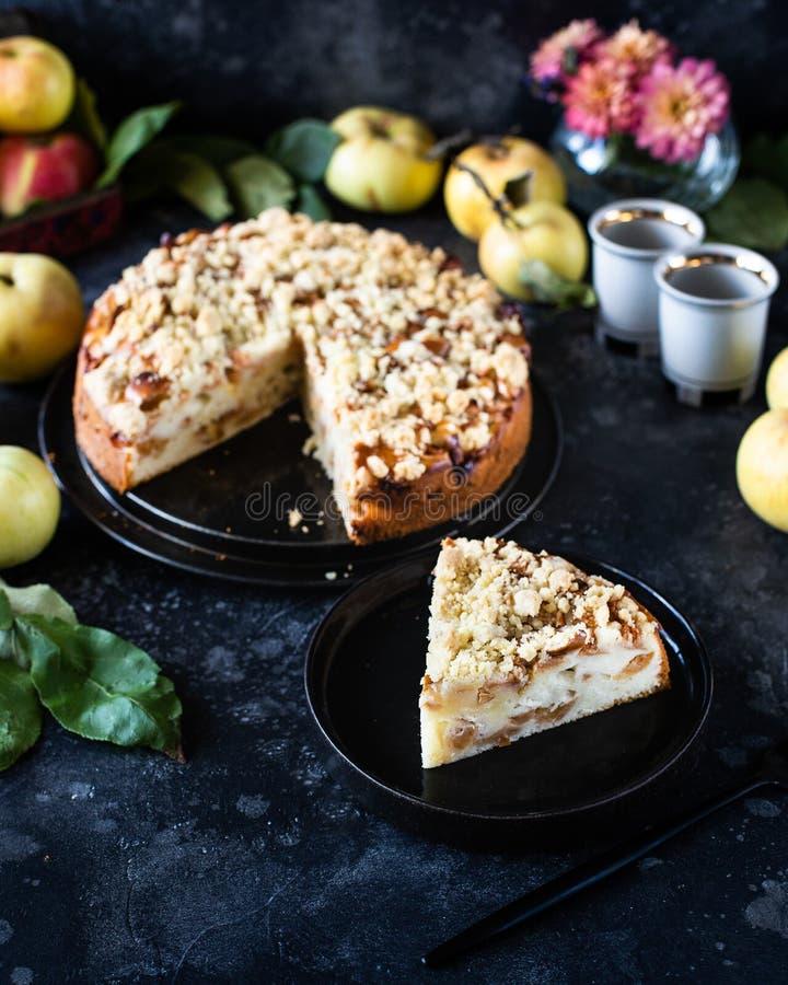 Hausgemachter Apfelkuchen mit Kürbisgebäck oben, mit Shtrezel, Shtreisel stockfotografie