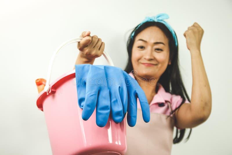 Haushälterin hält Hausreinigungsanlage stockfotografie