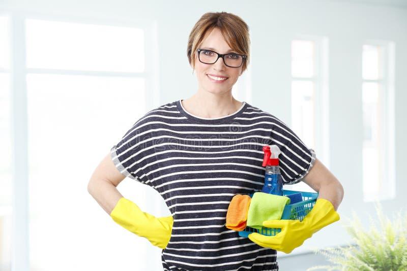 Haushälterin ist zum Säubern bereit stockbilder