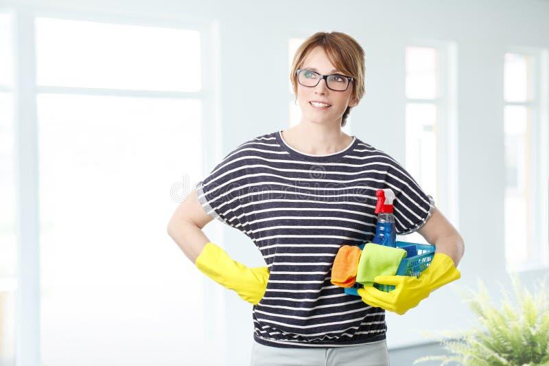 Haushälterin ist zum Säubern bereit lizenzfreie stockfotos