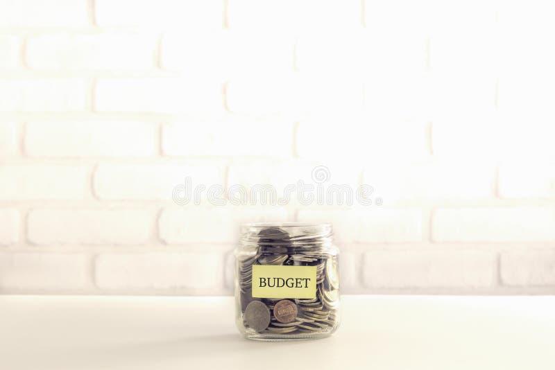 Haushaltsmittel spenden und Weinleseart teilend stockbild