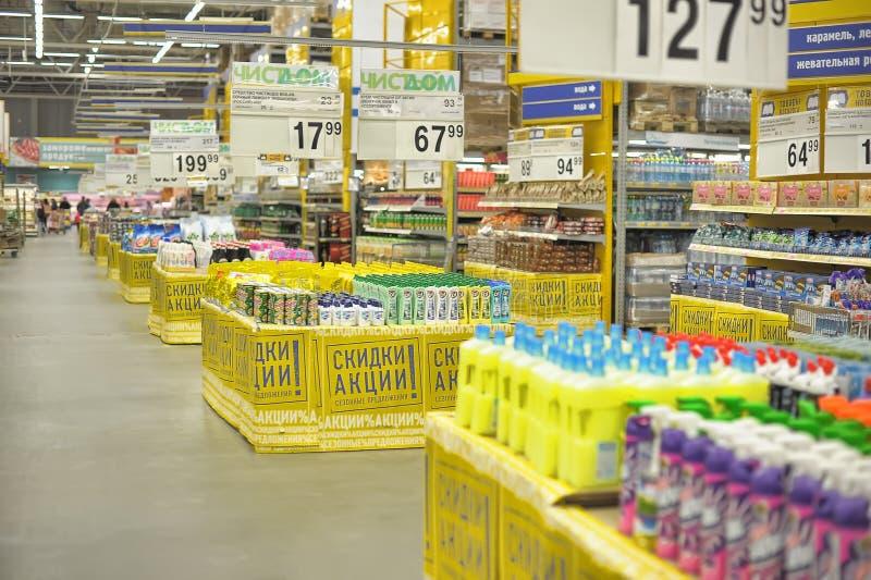 Haushaltsreinigungsprodukte im Supermarkt lizenzfreie stockfotografie