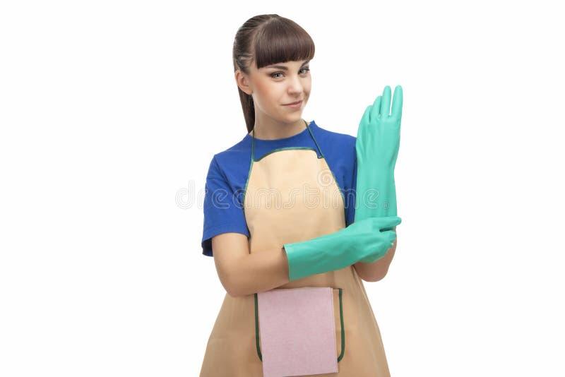 Haushaltungs-Konzept: Kaukasische Hausgehilfin vor Reinigung stockfoto