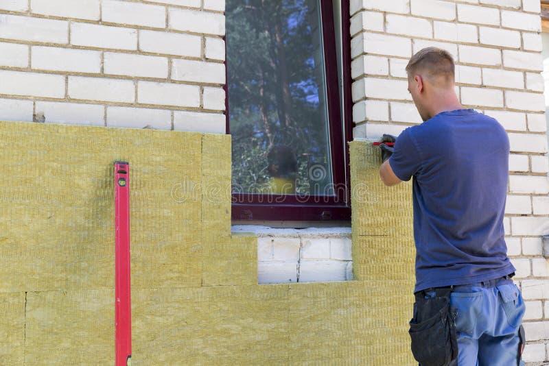 Hausisolierung - isolierende Hausfassade mit Mineralfelsen flehen an lizenzfreie stockbilder