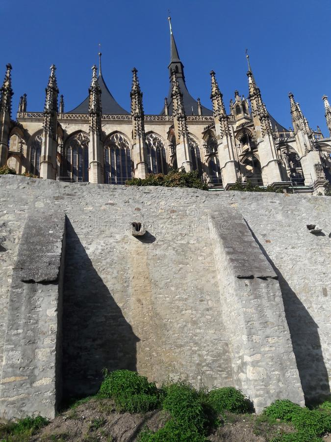 Hauskathedralenkirchenwände des Tourismus Prag-Kathedrale Hauptstadt der gotischen tschechische im heißen Sommer in streetlets Pr stockbild